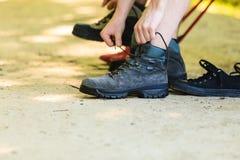 准备他们的鞋类的远足者 库存照片