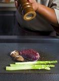 准备传统牛肉teppanyaki的厨师 免版税库存图片