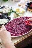 准备俄国传统沙拉`鲱鱼在皮大衣`下 图库摄影