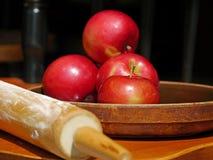 准备做苹果饼 库存照片