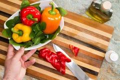 准备健康新鲜的沙拉的人 免版税库存照片