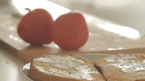 准备健康早餐用在烤面包、鸡蛋和蕃茄的鲕梨的妇女 股票录像