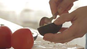 准备健康早餐用在烤面包、鸡蛋和蕃茄的鲕梨的妇女 股票视频