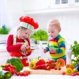 准备健康菜午餐的孩子 免版税库存照片