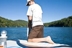 准备冲浪板的人 库存照片