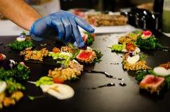 准备几个盘的烹饪展示 免版税库存照片