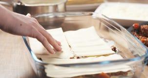 准备加面团的传统意大利烤宽面条 库存图片