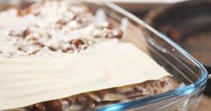 准备加面团的传统意大利烤宽面条 免版税库存照片