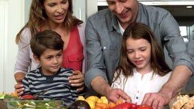 准备午餐的逗人喜爱的家庭 影视素材