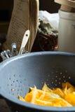 准备南瓜开花食谱的古色古香的厨房 免版税库存照片