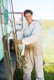 准备卡车的愉快的蜂农吸烟者 库存图片