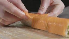 准备卷的专业寿司厨师在商业厨房,特写镜头 股票视频