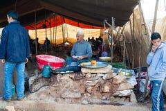 准备和卖摩洛哥油炸圈饼的人 免版税库存图片