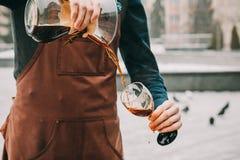 准备咖啡交替法的专业barista 库存照片