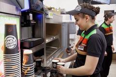 准备咖啡的汉堡王餐馆职员 免版税库存图片