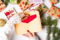准备圣诞卡第一个人的妇女 库存图片