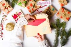 准备圣诞卡第一个人的妇女 免版税库存照片