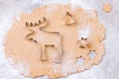 准备圣诞节与切削刀、面团和滚针的姜饼曲奇饼 库存照片