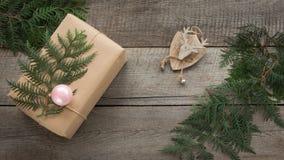 准备圣诞节包裹礼物盒的工艺品,羊皮纸麻线杉树枝杈,逗人喜爱简单最后一刻当前手工制造 顶层 免版税库存图片