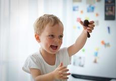 准备圣诞节曲奇饼的逗人喜爱的小男孩 库存照片
