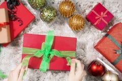 准备圣诞节礼物的未知的妇女 库存图片