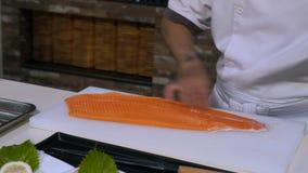 准备在一个切板的厨师新鲜的三文鱼在餐馆 股票视频