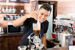 准备在亚洲咖啡店的Barista滴水咖啡 免版税库存图片