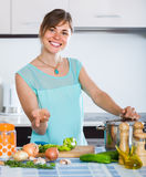 准备在住宅厨房的妇女素食汤 免版税库存图片