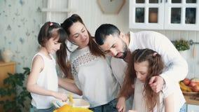 准备在厨房的幸福家庭沙拉,切开菜,慢动作 股票视频