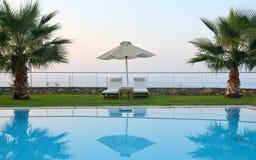 准备在夏天:由水池的sunbeds 免版税库存照片
