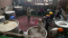 准备在大水壶的当地人民食物在公开厨房里在阿姆利则 股票视频