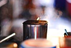 准备在容器不锈的杯子的热的茶 免版税库存照片