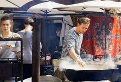 准备在巨大的平底锅的海鲜厨师食物在室外党 免版税库存照片
