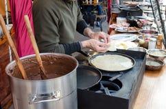 准备在市场上的薄煎饼 图库摄影