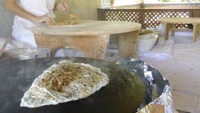 准备在平底锅的小面包干 影视素材