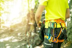 准备在攀登和身分a的年轻人细节在岩石墙壁旁边 上升的设备在有拷贝空间的一个人为 免版税图库摄影
