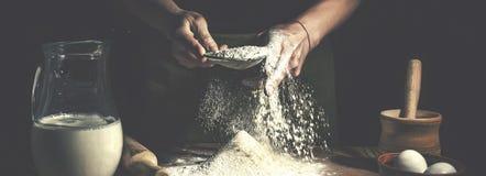 准备在木桌上的人面团在面包店关闭  复活节面包的准备 免版税图库摄影