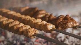 准备在木炭的一个烤肉格栅的用卤汁泡的shashlik Shashlik或烤肉串普遍在东欧 股票录像