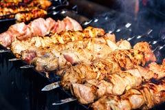 准备在木炭的一个烤肉格栅的用卤汁泡的shashlik Shashlik或烤肉串普遍在东欧 图库摄影