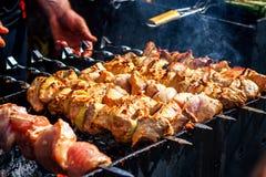 准备在木炭的一个烤肉格栅的用卤汁泡的shashlik Shashlik或烤肉串普遍在东欧 免版税库存照片
