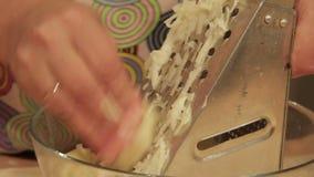 准备在碗的妇女被磨碎的土豆 股票录像