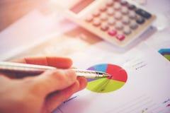 准备在统计的业务报告图图表计算器综合报告盘旋在纸的圆形统计图表 免版税库存照片