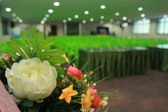 准备在花瓶投入的一朵美丽的花 对装饰和layou 库存照片
