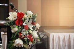 准备在花瓶投入的一朵美丽的花 对装饰和layou 库存图片