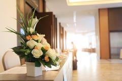 准备在花瓶投入的一朵美丽的花 对装饰和layou 免版税库存照片