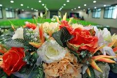 准备在花瓶投入的一朵美丽的花 对装饰和layou 免版税库存图片