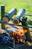 准备在营火的食物 免版税图库摄影