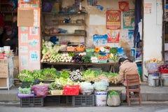 准备在街道杂货的妇女菜 免版税库存照片