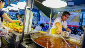 准备在街道食物的油煎的面团在流动餐馆在曼谷 免版税库存照片