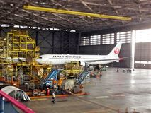 准备在车库的飞机 免版税库存图片